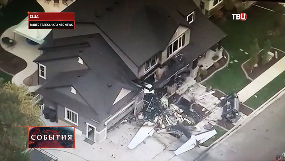 Обломки самолета около жилого дома