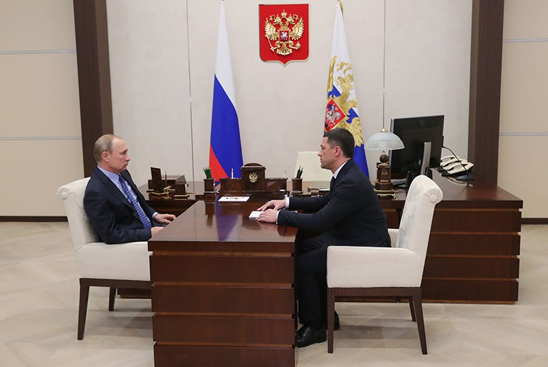 Владимир Путин и врио губернатора Псковской области Михаил Ведерников