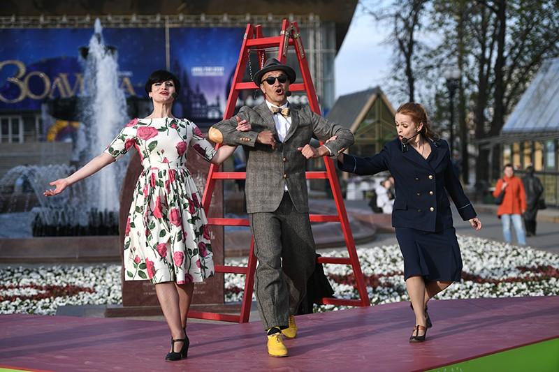 """Артисты мюзикла """"Девушка без адреса"""" во время показа уличного спектакля на Пушкинской площади"""