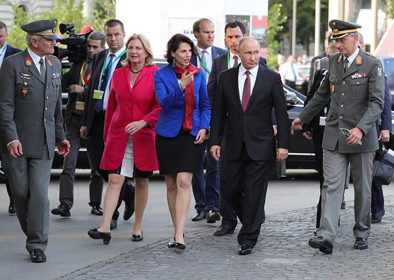 Владимир Путин и Карин Кнайсль (слева)
