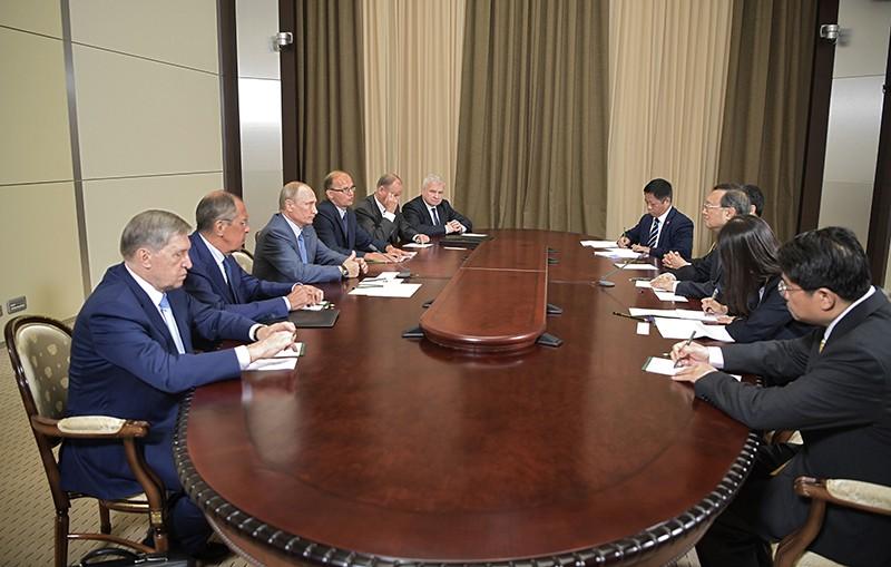 Владимир Путин и член политбюро Центрального комитета Коммунистической партии КНР Ян Цзечи
