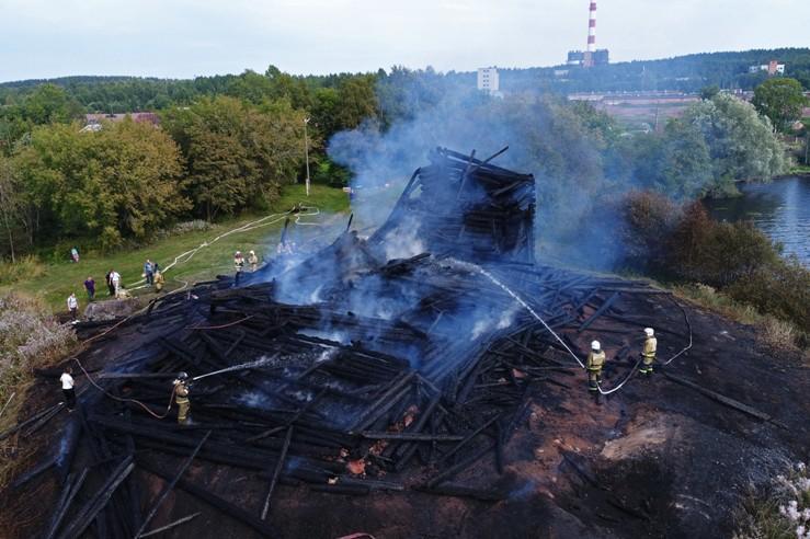 Сгоревшее здание церкви Успения Божией Матери в Кондопоге в Карелии