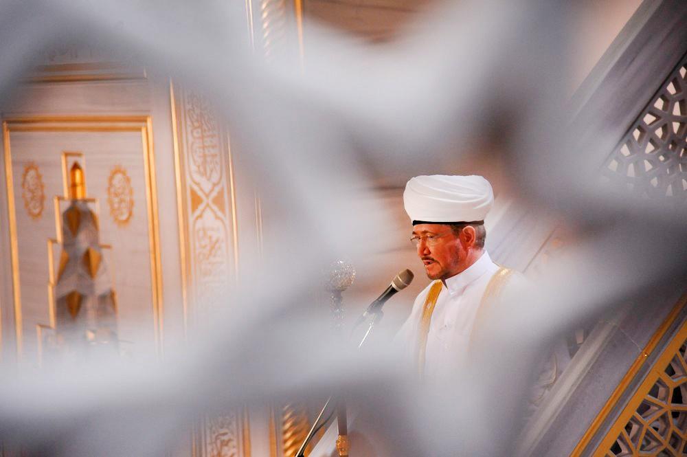 Председатель совета муфтиев России Равиль Гайнутдин выступает перед верующими на богослужении