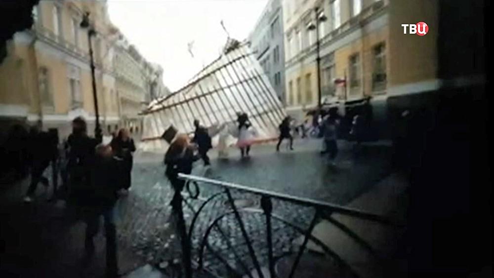 Строительные леса упали со здания Генштаба в Санкт-Петербурге
