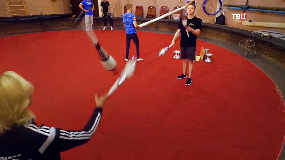 Работа жонглеров в цирке на Цветном бульваре