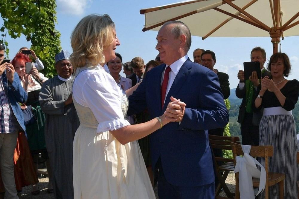 Владимир Путин танцует с главой МИД Австрии Карин Кнайсль на ее свадьбе