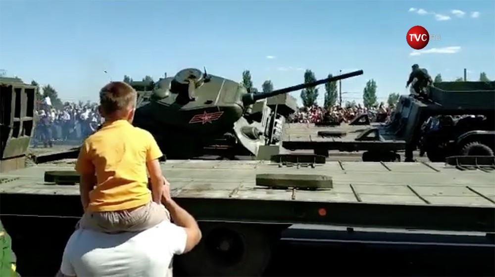 В Курске при заезде на автоплатформу перевернулся танк