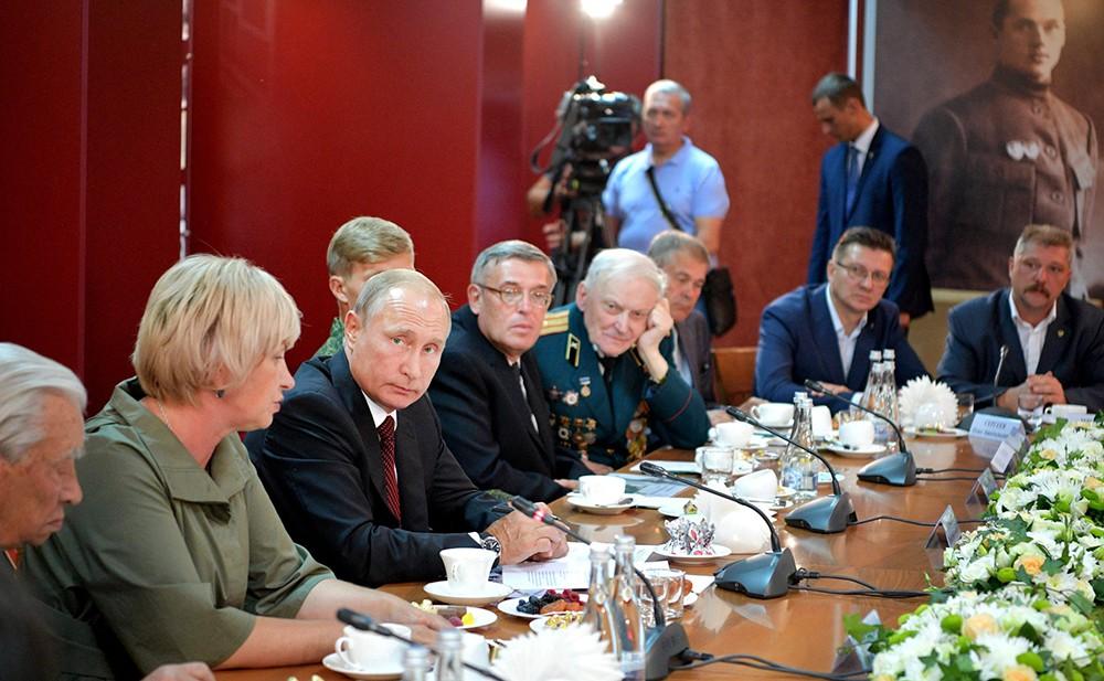 Владимир Путин на встрече с представителями поискового движения России и ветеранами Великой Отечественной войны