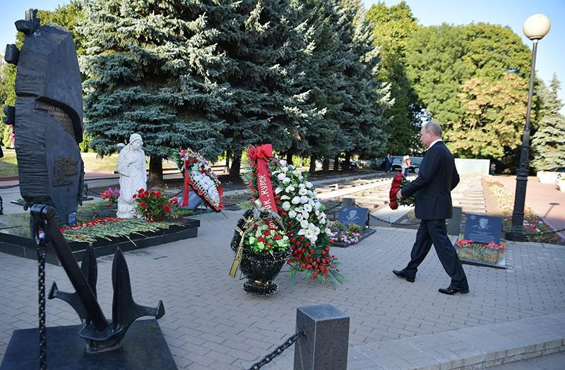 """Владимир Путин возлагает цветы к памятнику морякам атомного подводного крейсера """"Курск"""", погибшим в Баренцевом море 12 августа 2000 года"""
