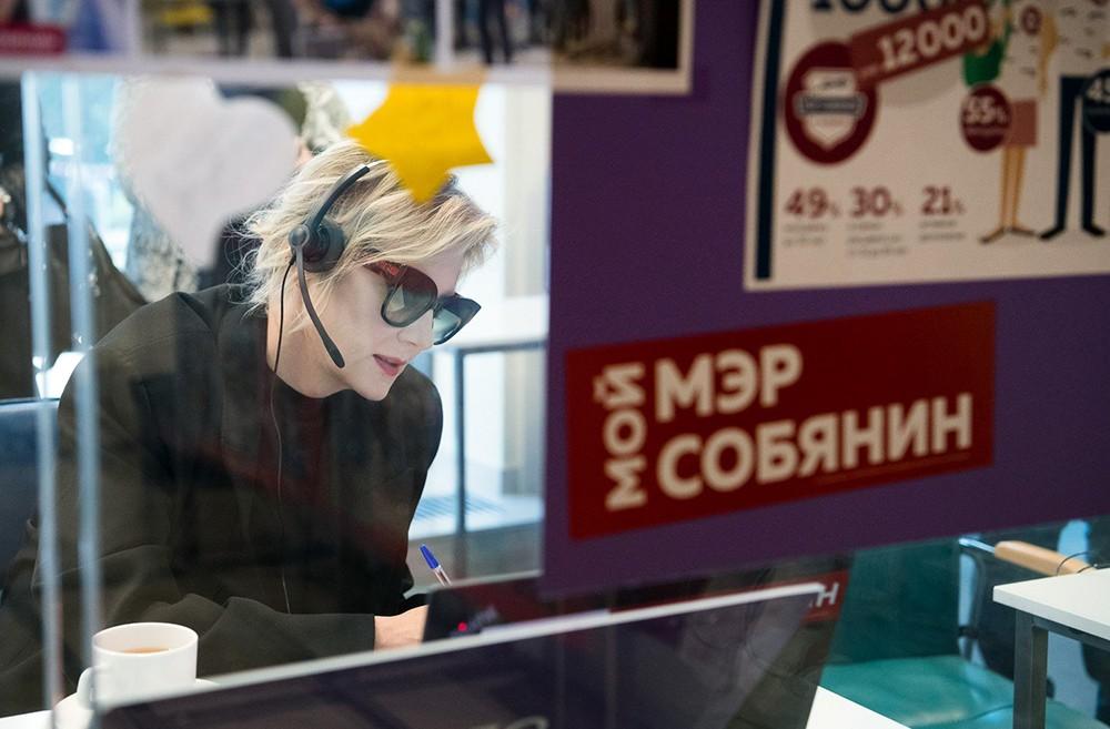 Актриса Рената Литвинова в штабе кандидата в мэры Москвы Сергея Собянина
