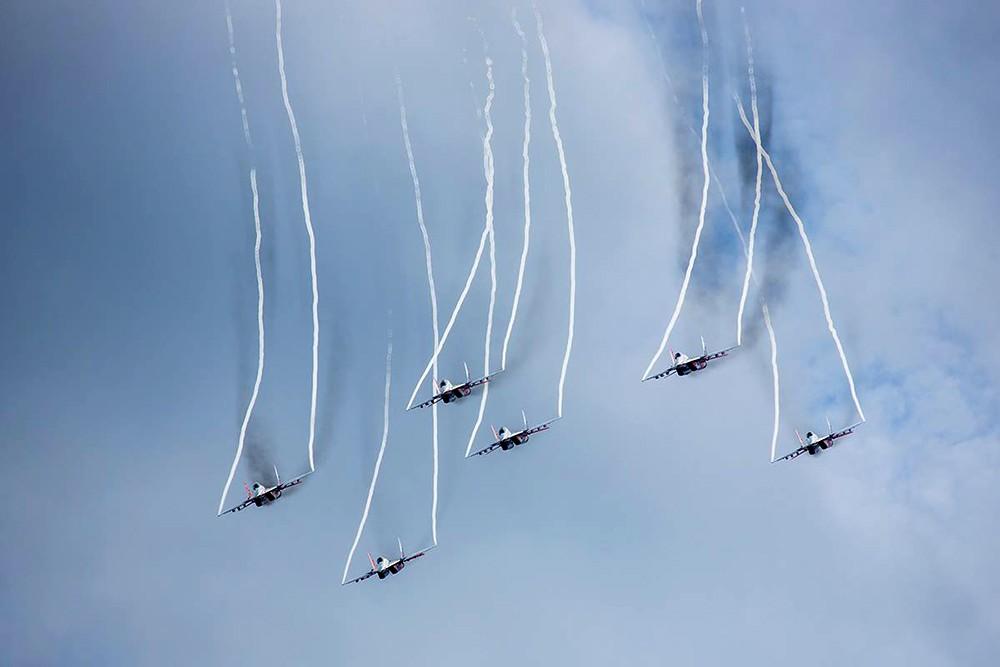 Выступление пилотажной группы