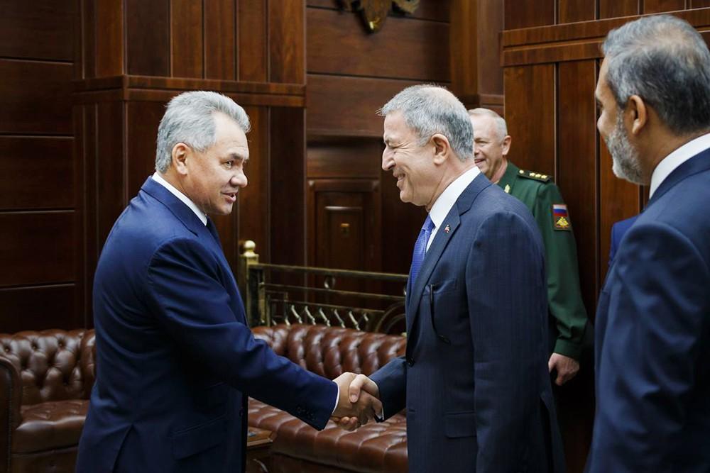 Глава Минобороны России Сергей Шойгу и министром нацобороны Турции Хулуси Акара