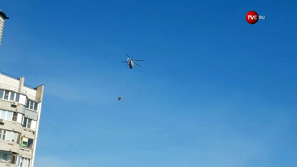Пожарный вертолет работает на месте возгорания