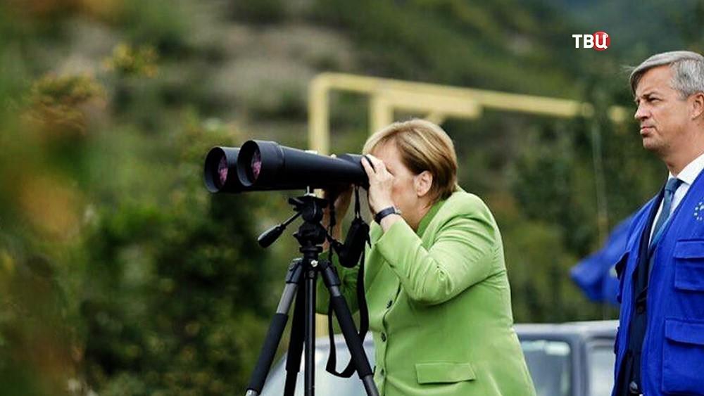 Ангела Меркель смотрит в бинокль