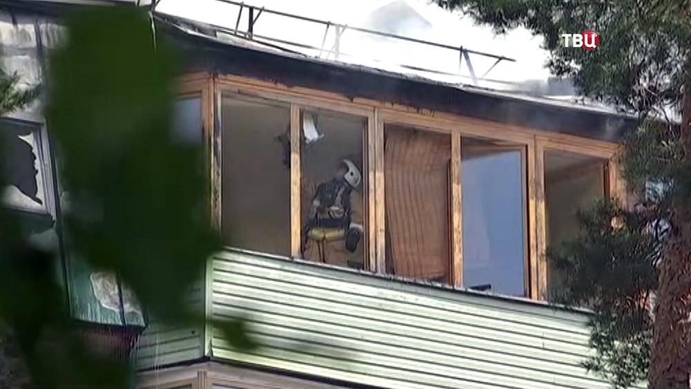Пожарные работают на месте возгорания в многоэтажном доме