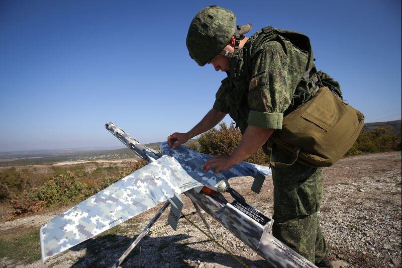 Военнослужащий готовит БЛА во время учений