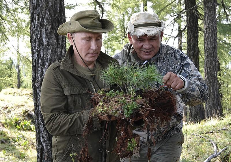 Владимир Путин и Сергей Шойгу во время отдыха в Республике Тыва