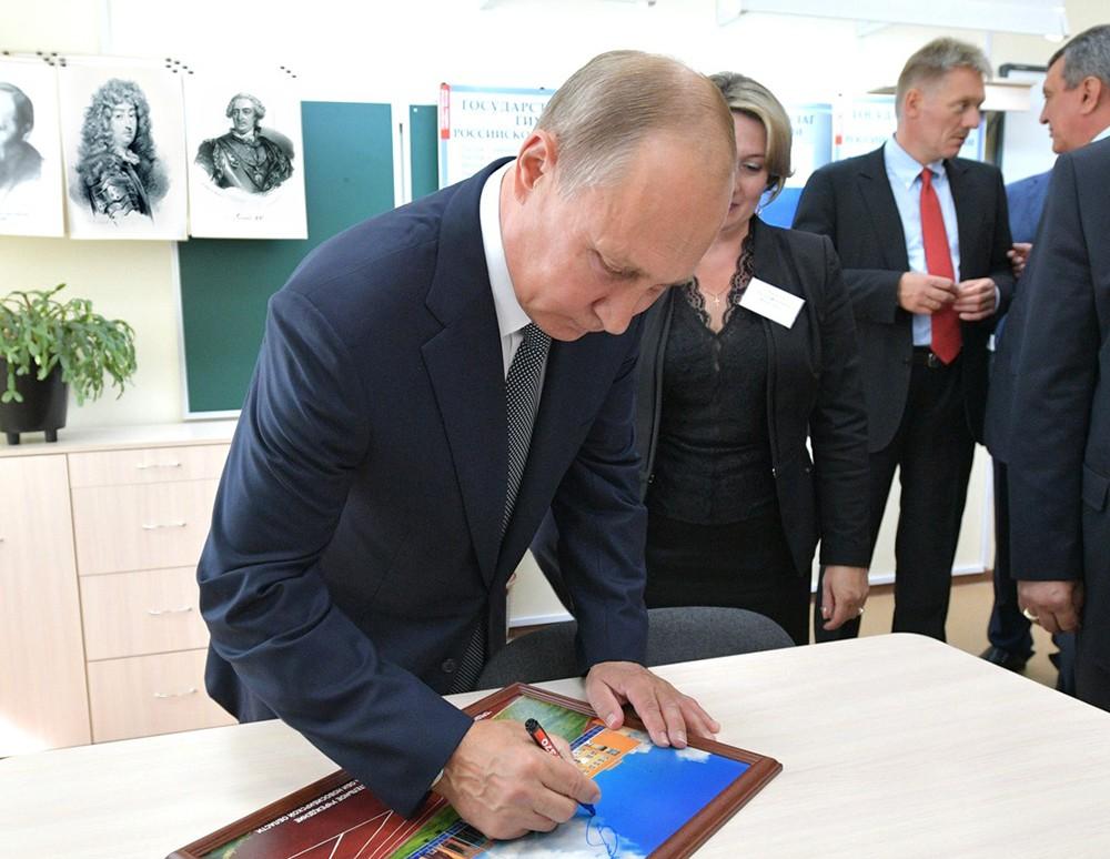 Владимир Путин и портреты Людовика XIV и Людовика XV