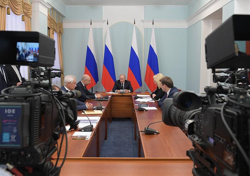 Владимир Путин проводит совещание по социально-экономическим вопросам