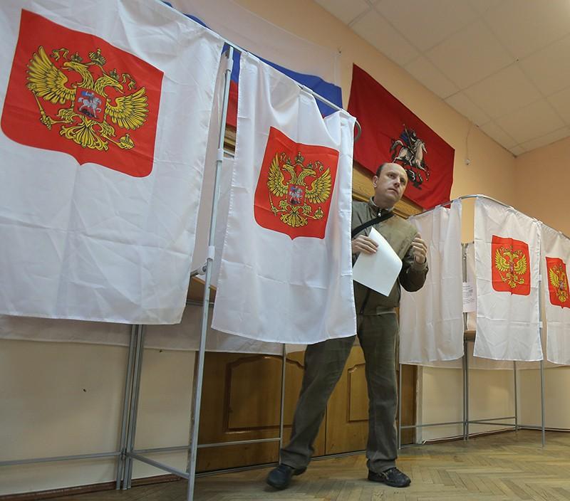 Житель Москвы в кабине для голосования на избирательном участке