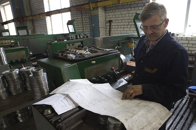 Рабочий в токарном цехе
