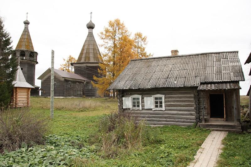 Деревянная церковь Богоявления и колокольня (на втором плане) в деревне Ошевенский Погост