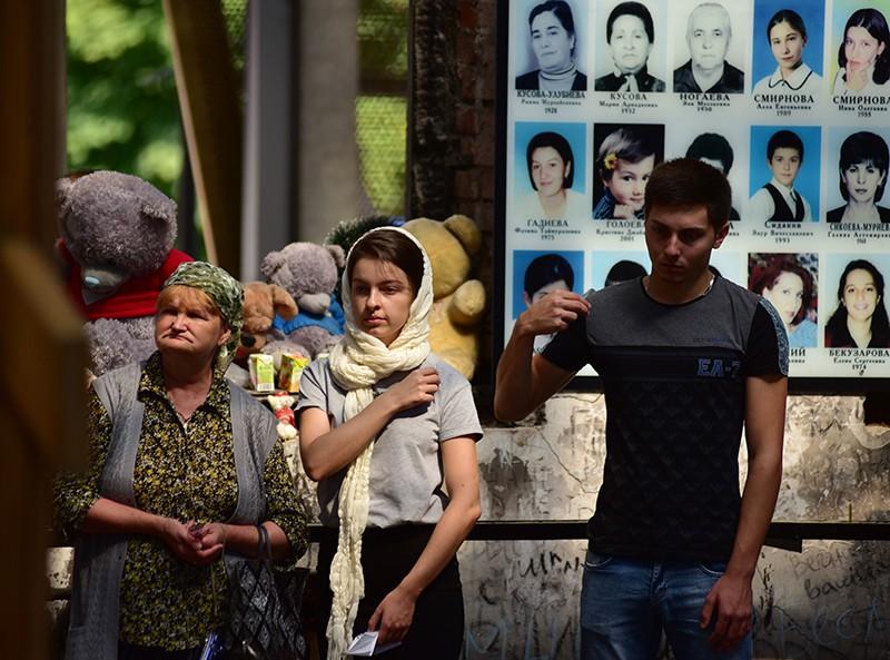 Жители Беслана во время божественной литургии на территории Мемориала памяти жертв теракта 1-3 сентября 2004 года