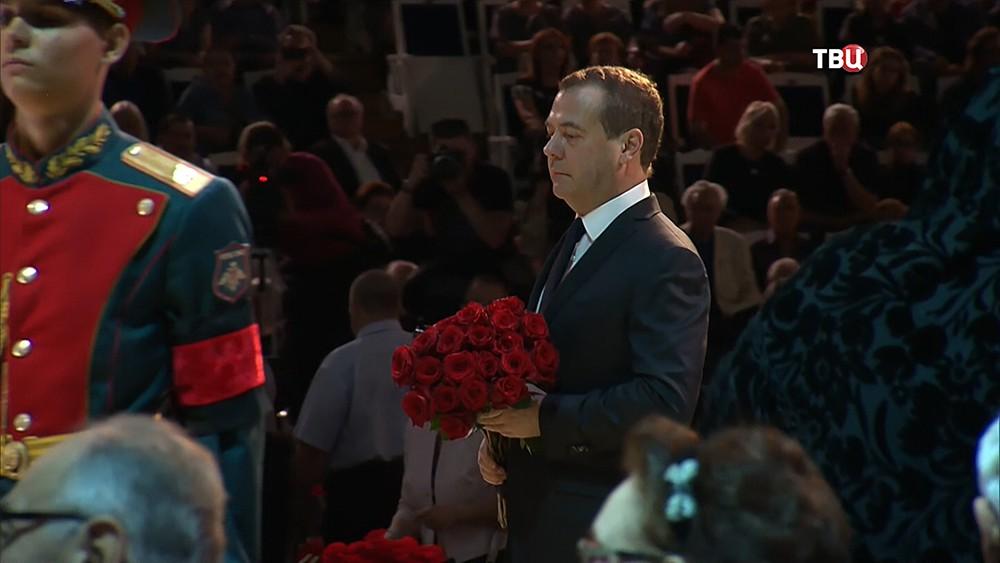 Дмитрий Медведев на церемонии прощания с Иосифом Кобзоном