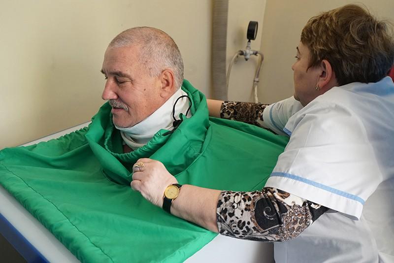 Пациент принимает сухую углекислую ванну в санатории