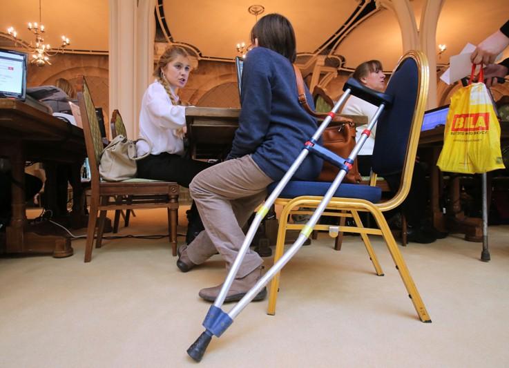 Посетитель на специализированной ярмарке вакансий для инвалидов
