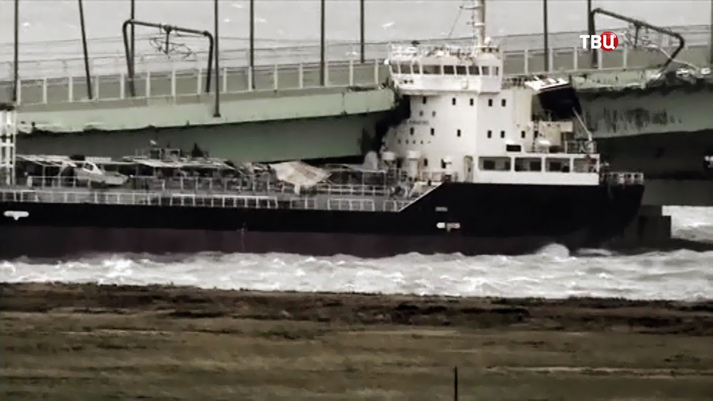 Танкер врезался в опору моста в Японии