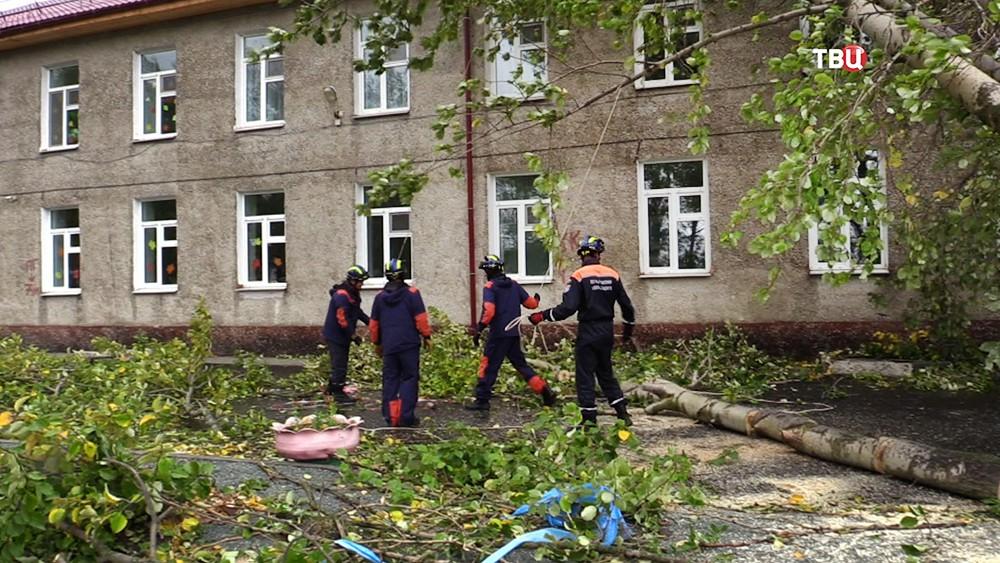 Спасатели МЧС устраняют последствия штормового ветра