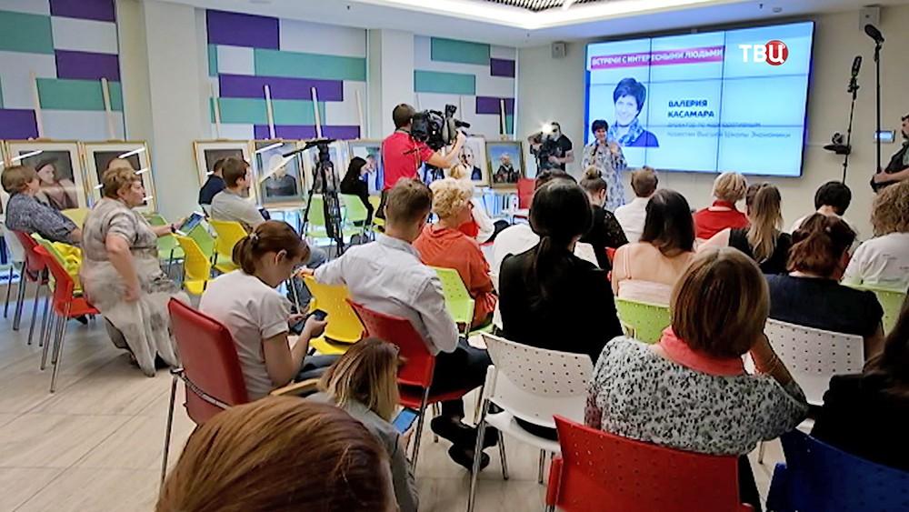 В штабе Сергея Собянина с волонтерами встретилась директор по корпоративным проектам Высшей школы экономики Валерия Касамара