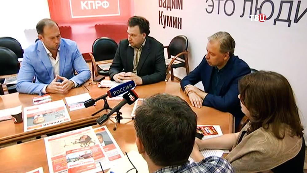 Кандидат на пост мэра столицы от КПРФ Вадим Кумин в избирательном штабе