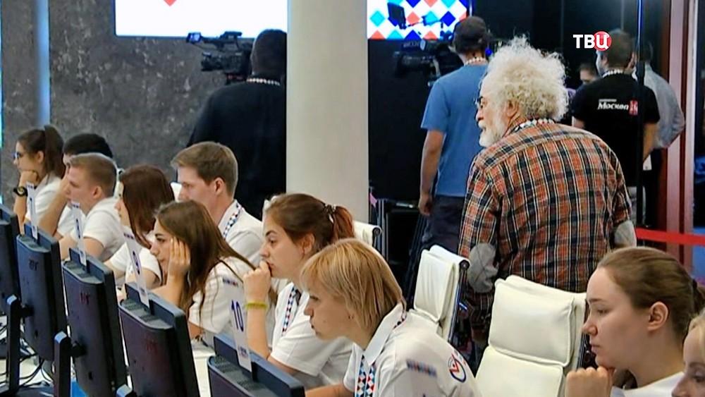 Алексей Венедиктов наблюдает за работой волонтеров Общественного штаба
