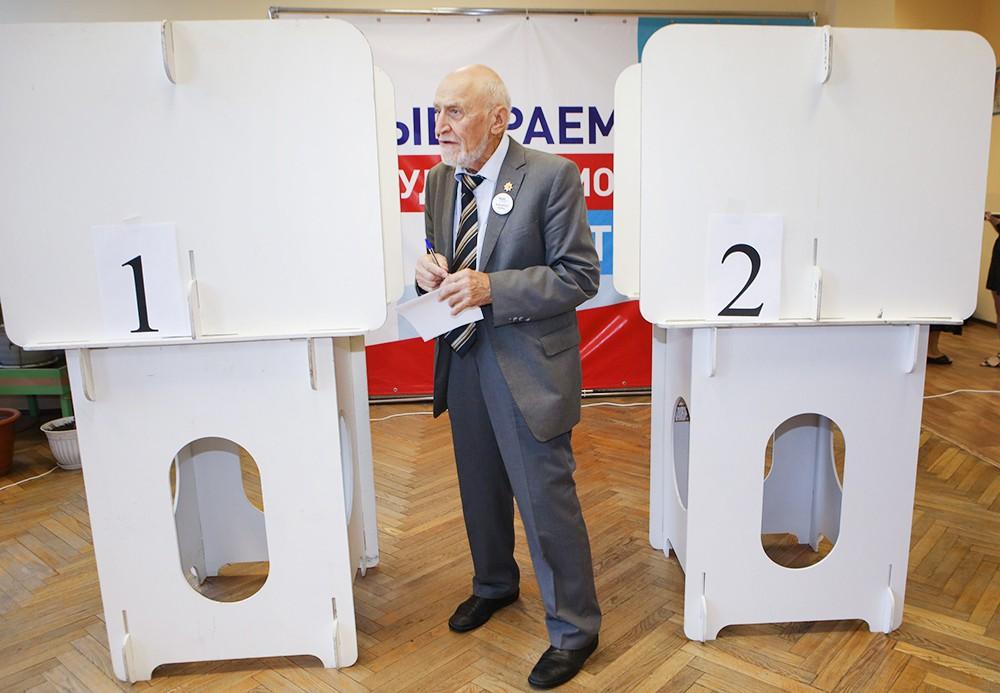 Николай Дроздов во время голосования на выборах мэра Москвы