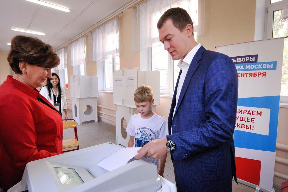 Кандидат на должность мэра Москвы Михаил Дегтярёв голосует на избирательном участке
