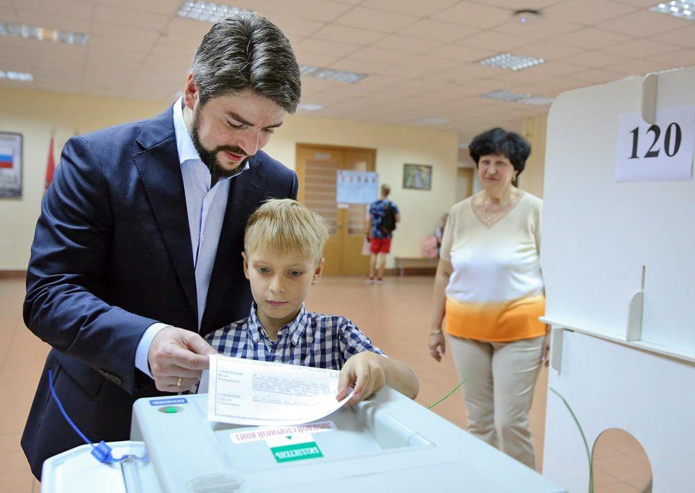 Кандидат на должность мэра Москвы Илья Свиридов голосует на избирательном участке