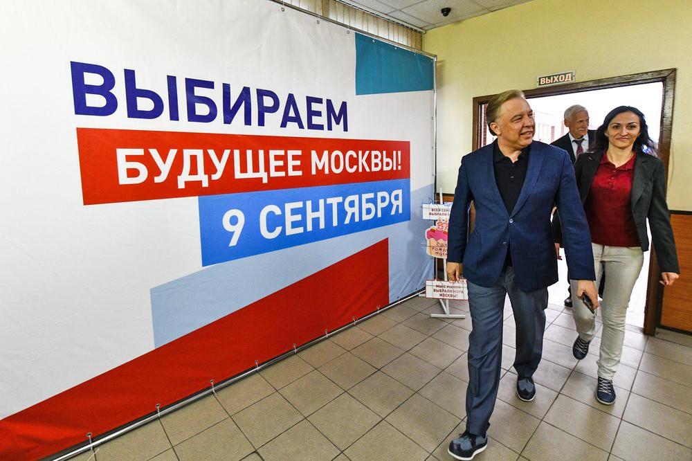 Голосование кандидата на должность мэра Москвы Вадима Кумина на избирательном участке