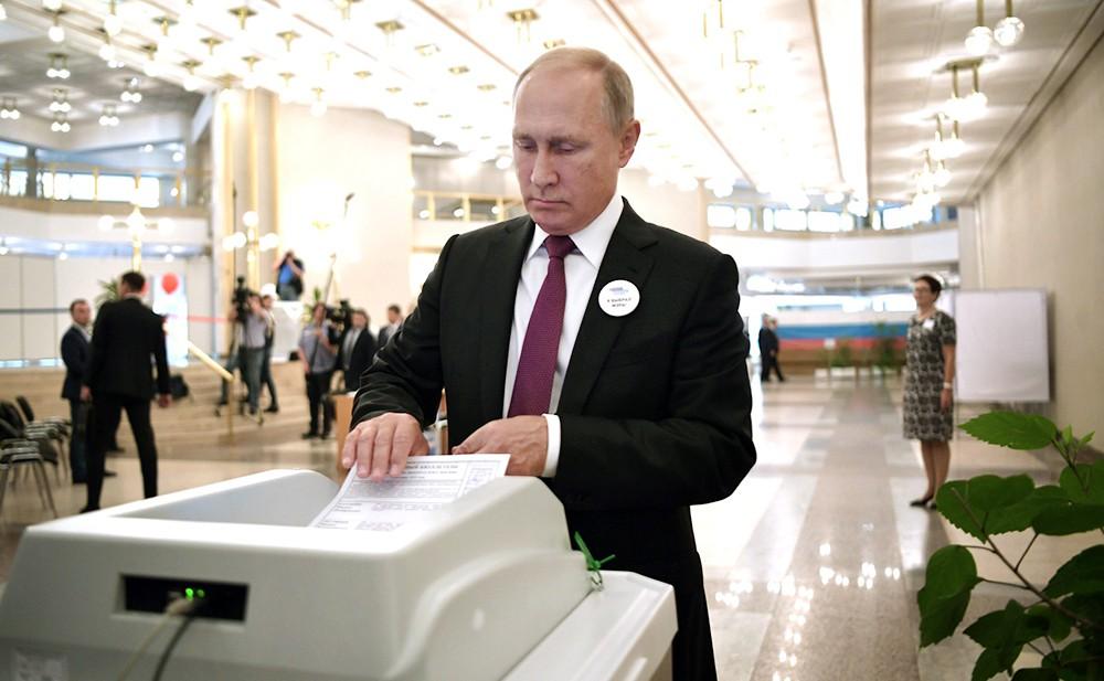 Владимир Путин во время голосования на избирательном участке