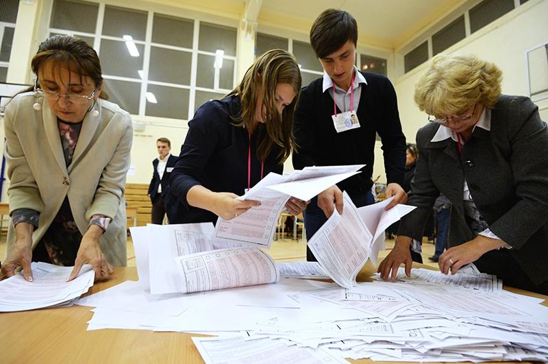 Члены избирательной комиссии во время подсчета голосов в единый день голосования на избирательном участке в Екатеринбурге