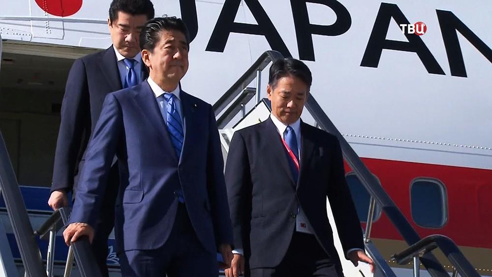 Синдзо Абэ, премьер-министр Японии спускается по трапу