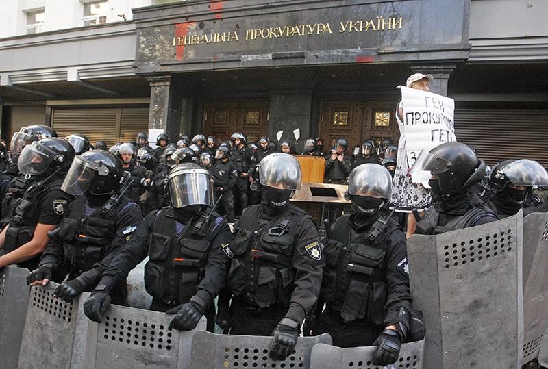 Сотрудники полиции у здания генеральной прокуратуры Украины