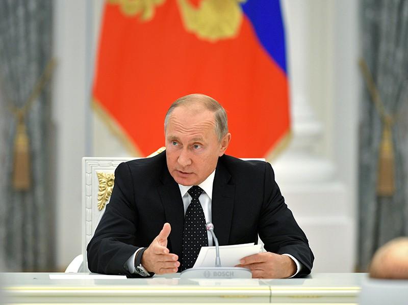 Владимир Путин во время встречи с главами субъектов России