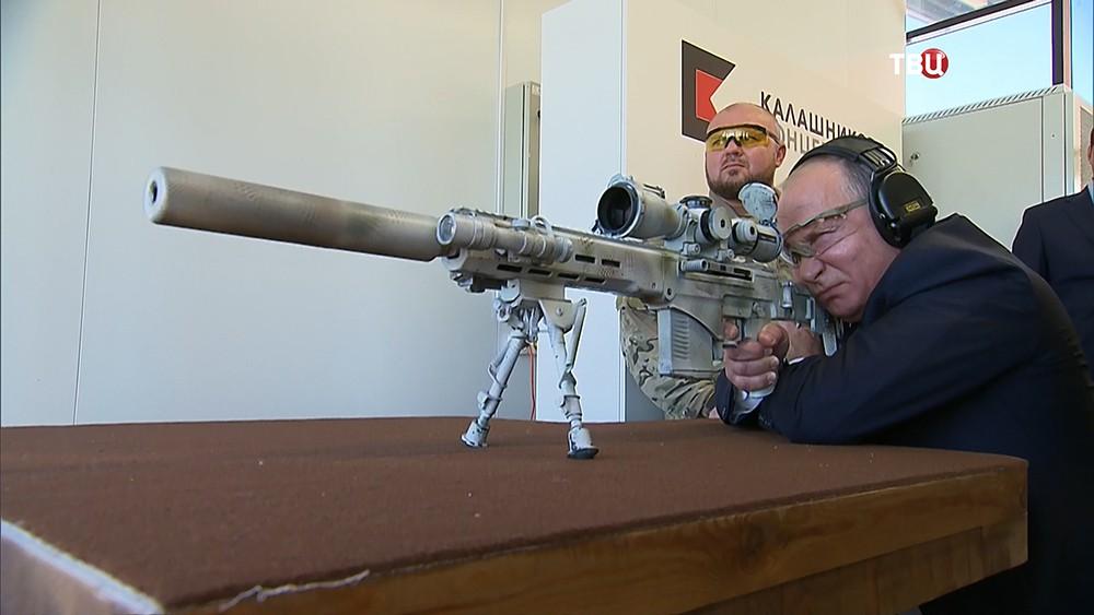 Владимир Путин стреляет из винтовки СВЧ-308