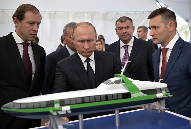"""Владимир Путин во время посещения парка """"Патриот"""""""