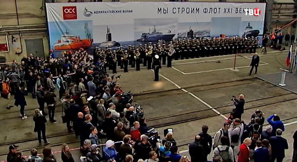 """Торжественная церемония спуска на воду подводной лодки """"Кронштадт"""""""