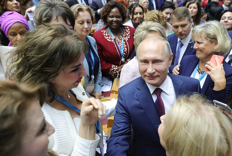 Владимир Путин и участницы второго Евразийского женского форума