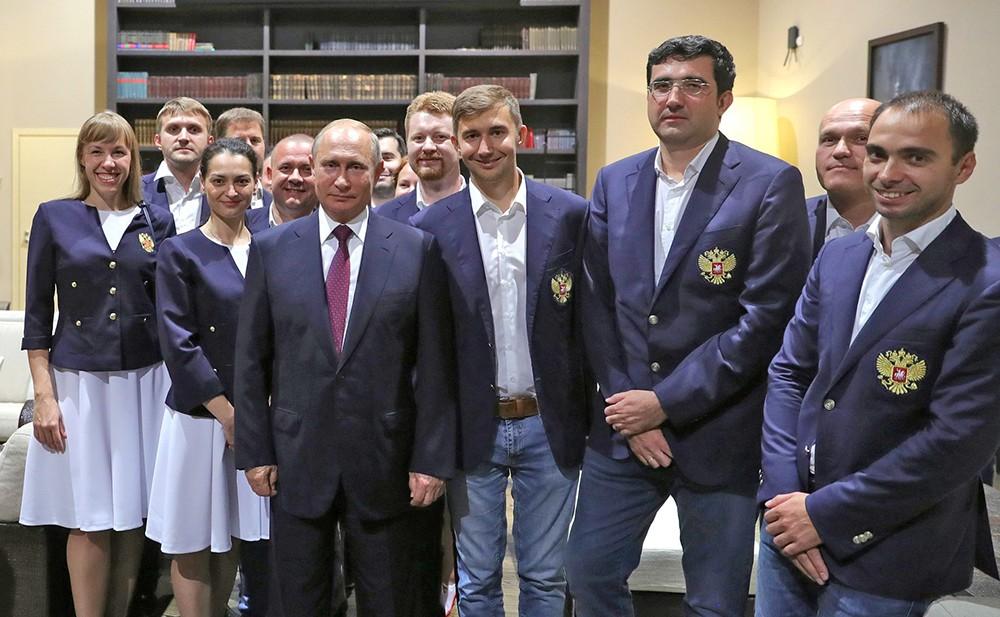 Владимир Путин и члены сборной России по шахматам