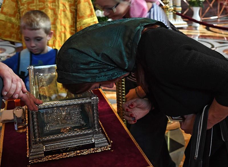 Прихожане поклоняются мощам святителя Спиридона Тримифунтского